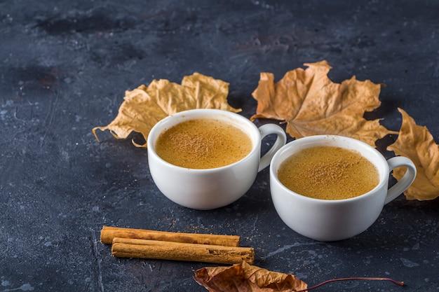 Salepdrank met kaneelstokjes en bladeren