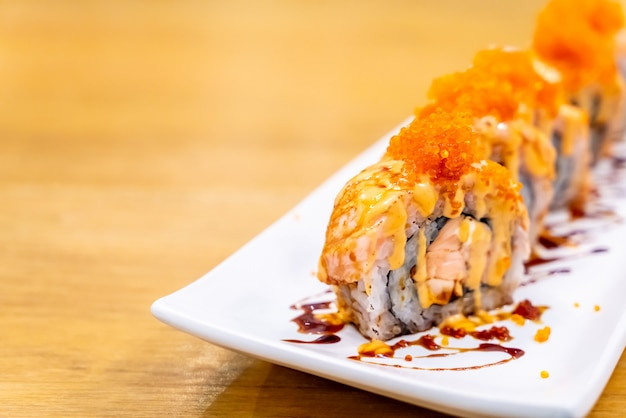 Salmon roll sushi met kaas