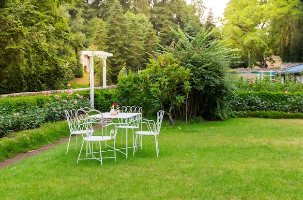 Salontafel in tuin, oude europese stad