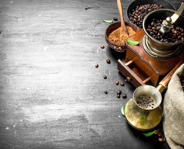 Salontafel. verse koffie in een turks met een handmolen. op het zwarte bord.
