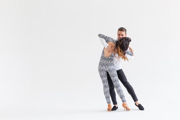 Salsa kizomba en bachata dansers op wit oppervlak met kopie ruimte sociaal dans concept