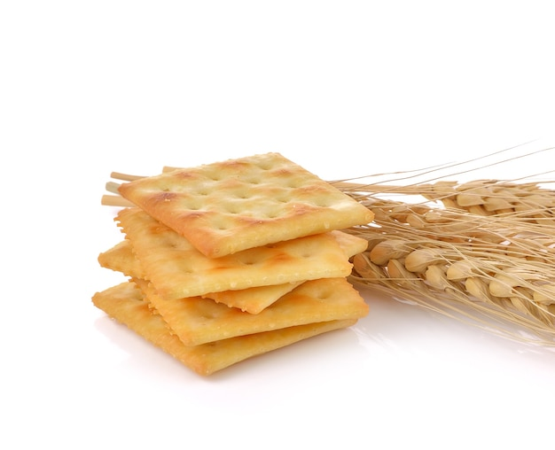 Saltine crackers op witte achtergrond