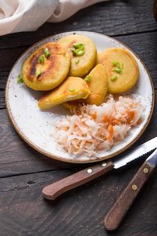 Salvadoraanse pupusa geserveerd met curtido