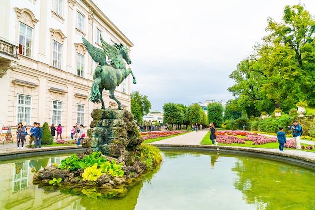 Salzburg, oostenrijk - toeristen die rond mirabell-paleis en tuinen lopen