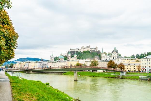 Salzburg stad met festung hohensalzburg en salzach rivier