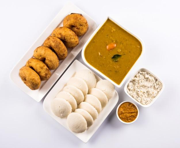Sambar vada & idli een zuid-indiaas gerecht geserveerd met kokos en rode tomatenchutney