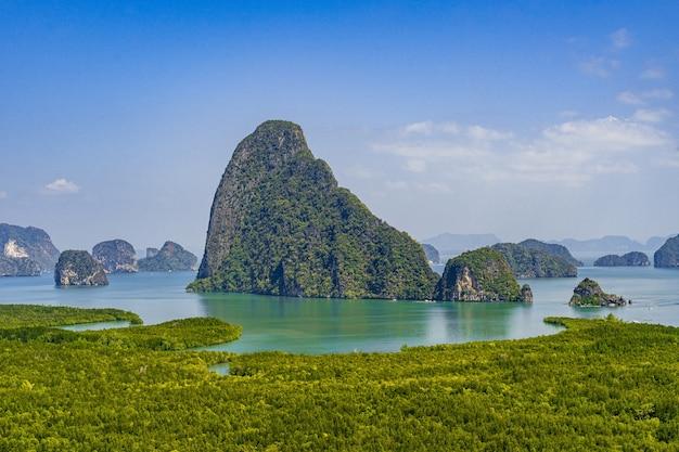 Samed nang chee, uitzicht op de bergen in de provincie phangnga, prachtig zeegezicht aan de andamanzee in thailand