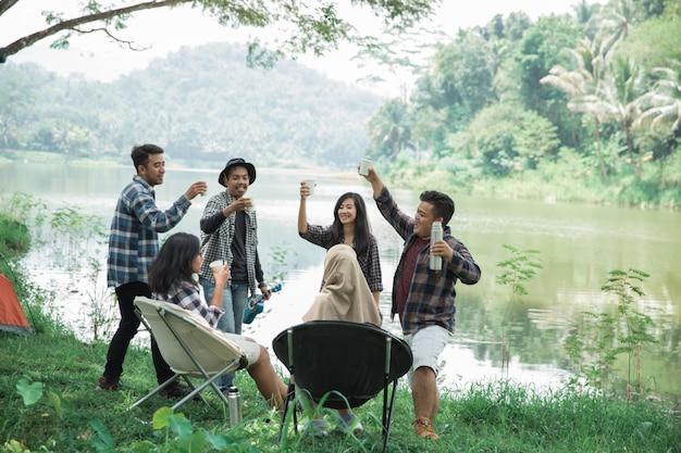 Samen genieten van de zomer kamperen proost
