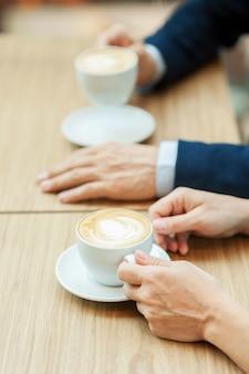 Samen koffie drinken. bovenaanzicht van paar samen koffie drinken