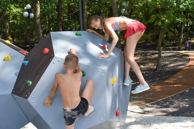 Samen sporten. teamwerk. jongen en meisje spelen samen.