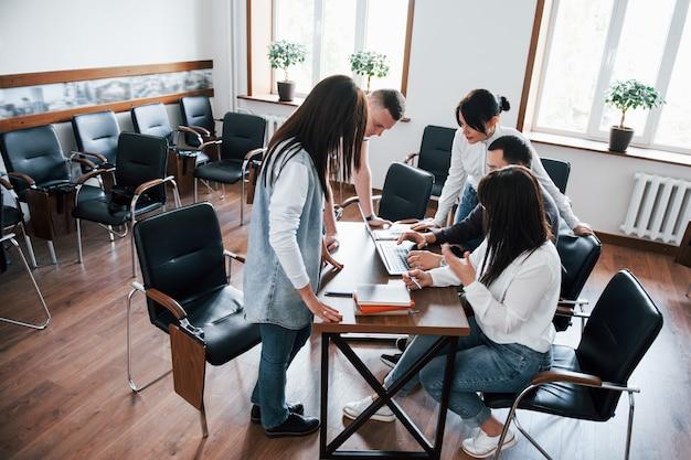 Samen tot succes. mensen uit het bedrijfsleven en manager werken aan hun nieuwe project in de klas