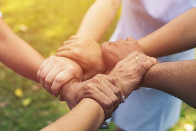 Samen werken van handen teamwerk in park buiten. teamwerk liefdadigheidsconcept, groep diverse handen samen cross verwerking van mensen in de aard