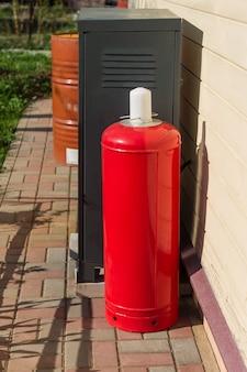 Samengeperst gas, argon of kooldioxide of zuurstof, een stalen cilinder buitenshuis.