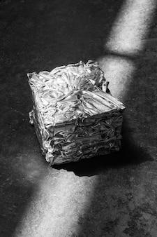 Samengeperst tot een kubus van aluminiummetaal en verlichte striplampen