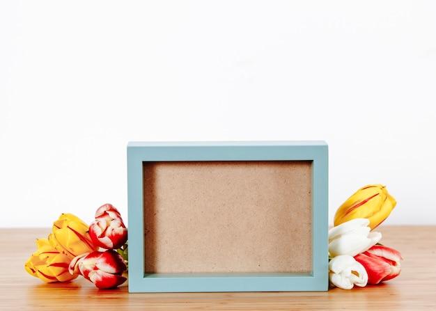 Samengesteld blauw frame en romantische tulpen
