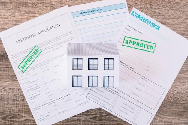 Samengesteld papier en huisminiatuur