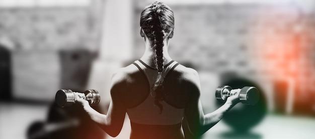 Samengestelde afbeelding van achteraanzicht van gevlochten haarvrouw die halters opheft