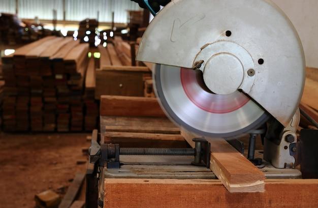 Samengestelde mijter zag het snijden van houten plank