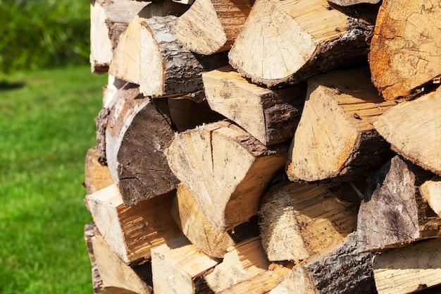 Samengevouwen in een stapel gehakte houtblokken die nodig zijn om de oven in huis aan te steken. foto close-up, kleine scherptediepte