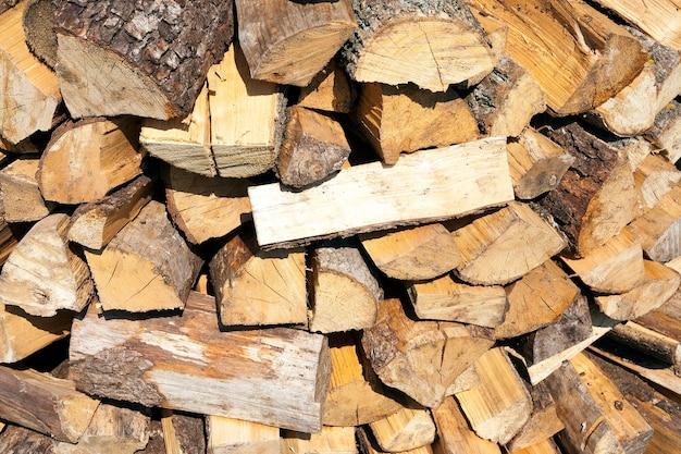 Samengevouwen in een stapel gehakte houtblokken die nodig zijn voor het aansteken van de oven in huis.