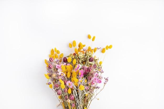 Samenstellend boeket droogbloemen en kruiden, trendy interieurdecoratie, ambachtelijk bloemistenwinkelidee. bovenaanzicht, plat gelegd
