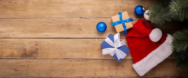 Samenstelling kerstmis en nieuwjaar op een houten achtergrond. bovenaanzicht, plat gelegd. banier.