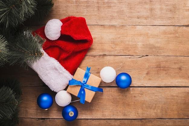 Samenstelling kerstmis en nieuwjaar op een houten achtergrond. bovenaanzicht, plat gelegd.