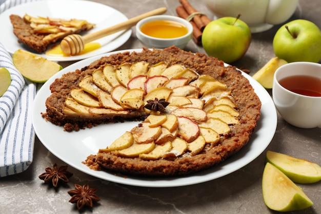 Samenstelling met appeltaart en ingrediënten op grijze achtergrond. zelfgemaakt eten