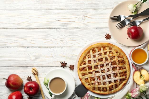 Samenstelling met appeltaart en ingrediënten op houten achtergrond, bovenaanzicht