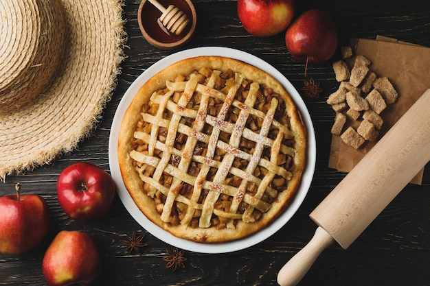 Samenstelling met appeltaart en ingrediënten op houten achtergrond. zelfgemaakt eten
