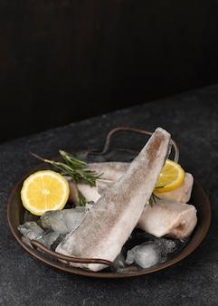 Samenstelling met bevroren vis op tafel