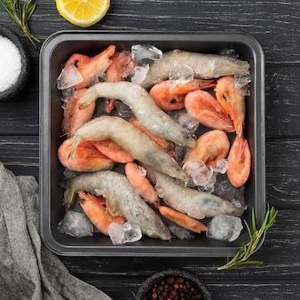 Samenstelling met bevroren zeevruchten op tafel