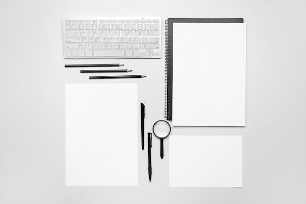 Samenstelling met blanco vellen papier en stationair op wit