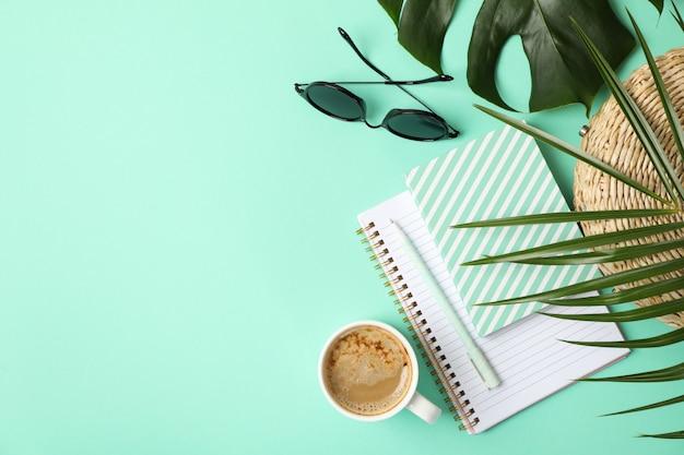 Samenstelling met blogger accessoires op mint. reisblog