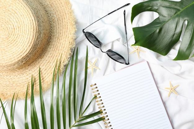 Samenstelling met blogger accessoires op wit. reisblog