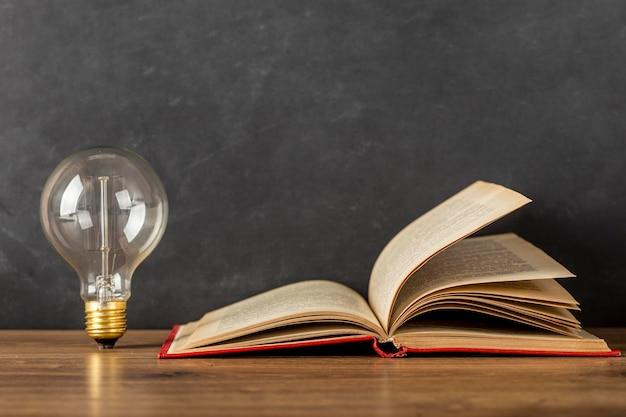 Samenstelling met boek en gloeilamp