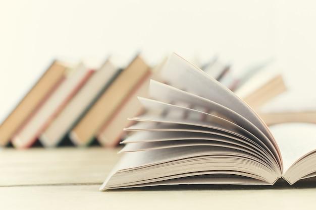 Samenstelling met boeken op de tafel