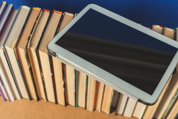 Samenstelling met boeken op tafel