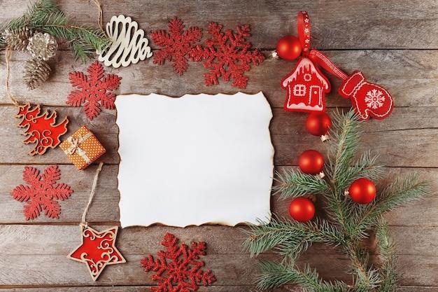 Samenstelling met brief aan de kerstman op houten tafel