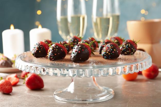 Samenstelling met chocoladefondue op grijze tafel. heerlijk zoet eten