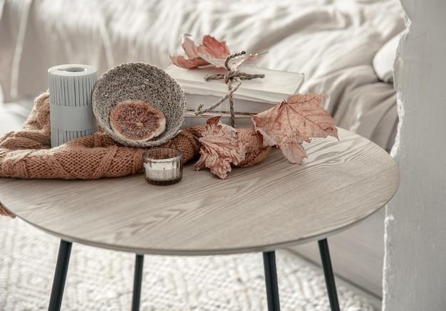 Samenstelling met details van herfstdecor op de tafel in het interieur van de kamer.