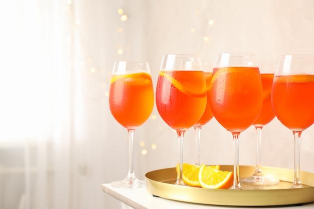 Samenstelling met dienblad met cocktails.