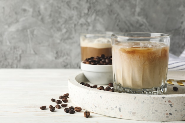 Samenstelling met dienblad met ijskoffie op houten achtergrond