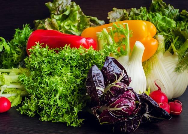 Samenstelling met diverse rauwe biologische groenten.