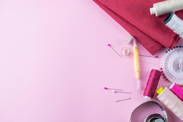 Samenstelling met draden en naai-accessoires