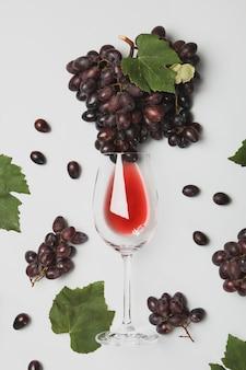 Samenstelling met druivenmost en glas wijn op wit