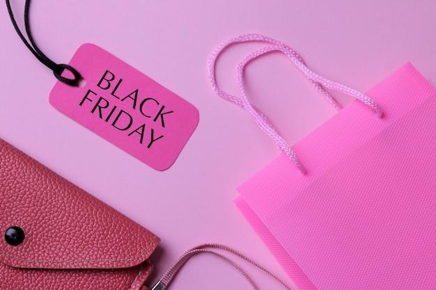 Samenstelling met een pakket voor aankopen portemonnee en prijskaartje met de inscriptie black friday. winkelen. bovenaanzicht