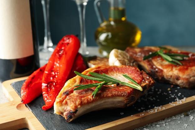 Samenstelling met gebakken biefstuk en wijn. gegrild eten