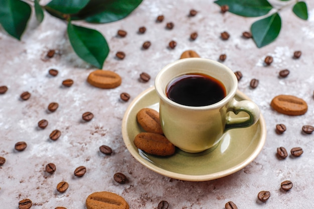Samenstelling met gebrande koffiebonen en koffieboonvormige koekjes