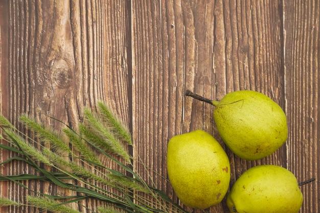 Samenstelling met gele peren en groen gras timothy